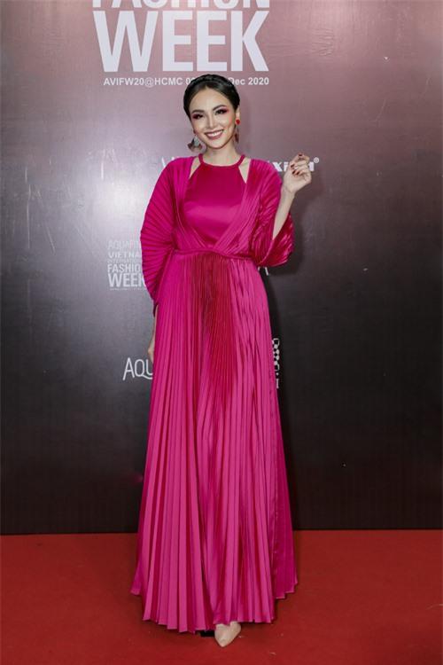 Hoa hậu Diễm Hương cũng chọn mẫu thiết kế vừa ra lò của nhà mốt Việt để tham dự sự kiện.