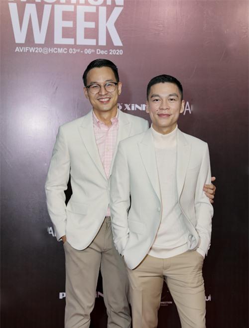 Sơn Đoàn (trái) và nhà thiết kế Adrian Anh Tuấn (phải).