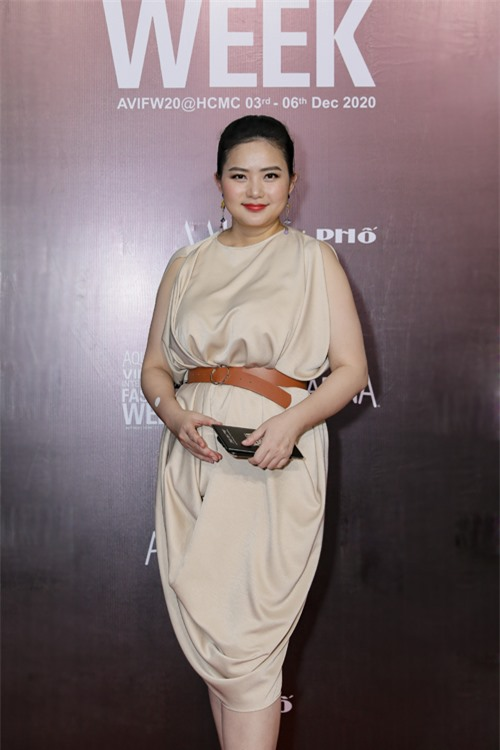Diện mẫu váy suông của nhà thiết kế Adrian Anh Tuấn, Phan Như Thảo sử dụng dây lưng da để giúp vòng hai của cô thon gọn.