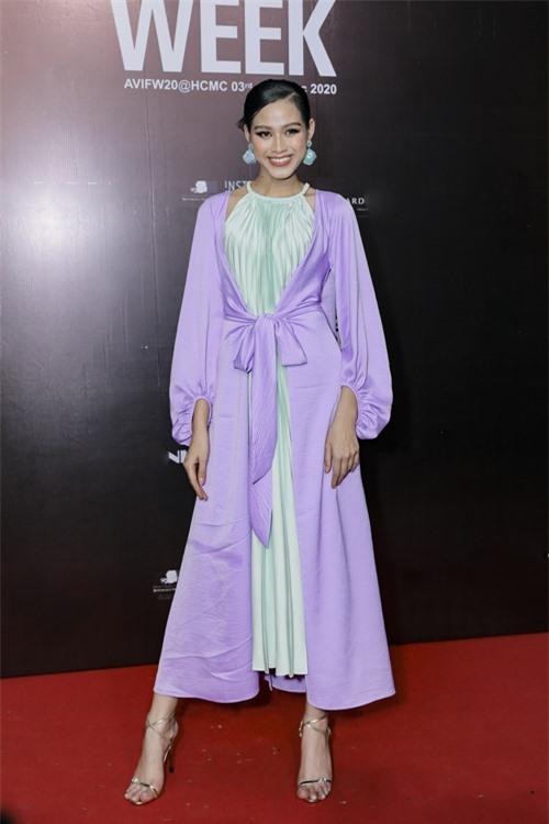 Đỗ Thị Hà khoe dáng mảnh mai với bộ cánh được lấy cảm hứng từ áo yếm và áo tứ thân.