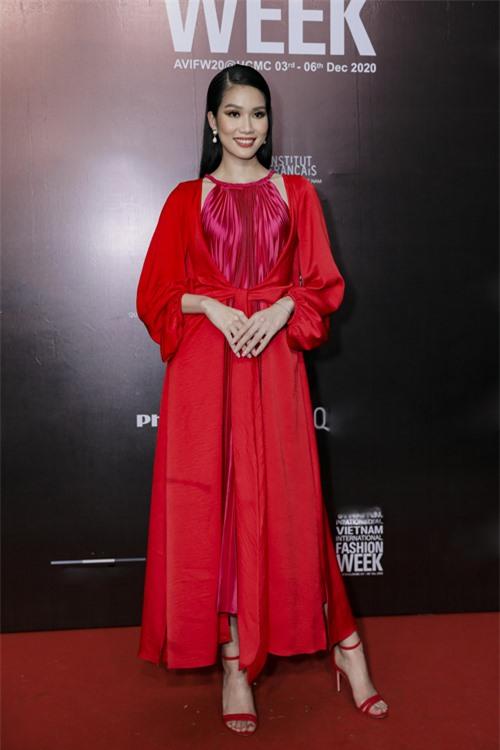 Á hậu Phương Anh nổi bật với cách phối váy xếp ly tông hồng sen đi cùng áo lụa đỏ.