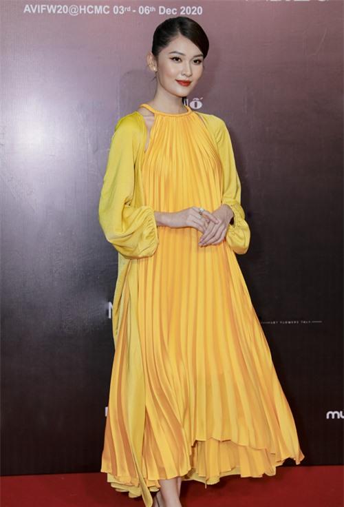 Á hậu Thùy Dung nhẹ nhàng với váy xếp ly thiết kế trên chất liệu vải lụa - trang phục hot nhất mùa hè 2020 của Adrian Anh Tuấn.