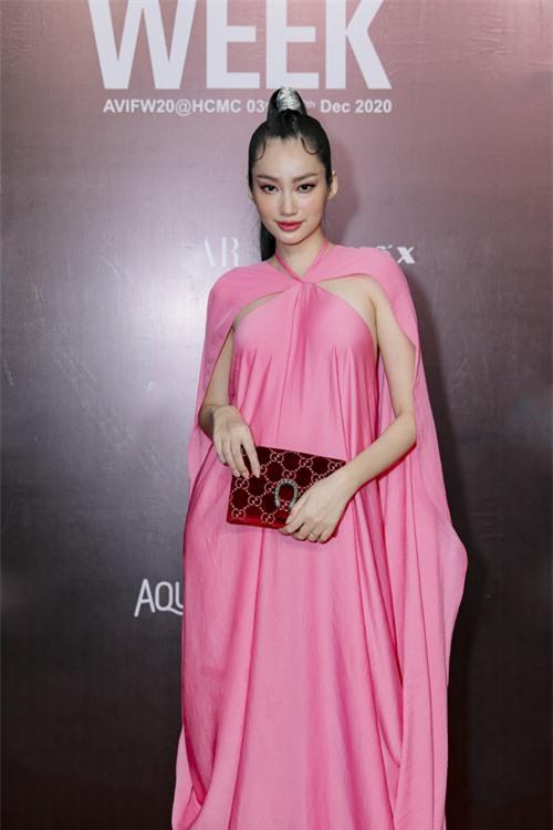 Trúc Diễm làm tóc và trang điểm ấn tượng khi diện váy hồng đi kèm áo choàng bay bổng.