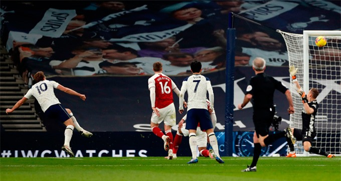 Kane nâng tỷ số lên 2-0 ở phút bù giờ của hiệp 1