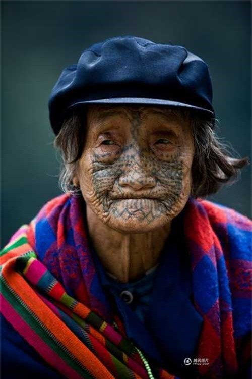 """Những người phụ nữ còn lại của """"bộ tộc xăm mặt"""" - 1"""
