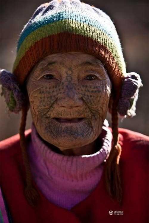 """Những người phụ nữ còn lại của """"bộ tộc xăm mặt"""" - 11"""