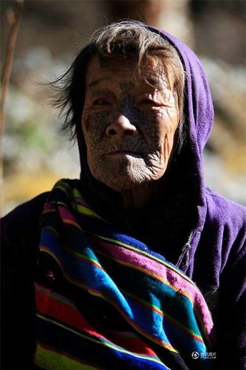 """Những người phụ nữ còn lại của """"bộ tộc xăm mặt"""" - 12"""