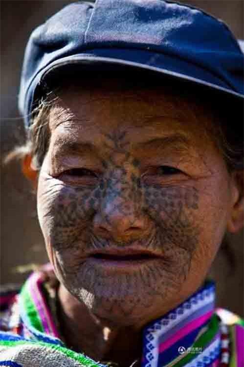 """Những người phụ nữ còn lại của """"bộ tộc xăm mặt"""" - 13"""