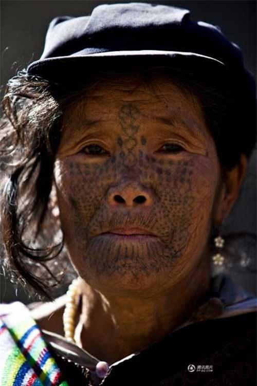 """Những người phụ nữ còn lại của """"bộ tộc xăm mặt"""" - 14"""