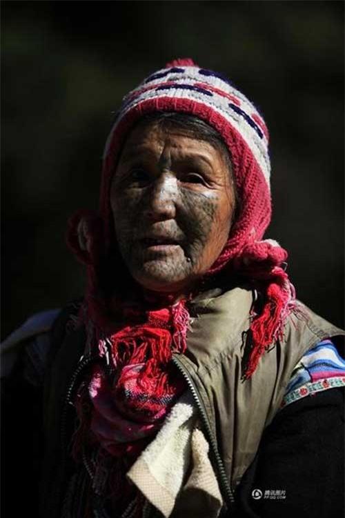 """Những người phụ nữ còn lại của """"bộ tộc xăm mặt"""" - 15"""