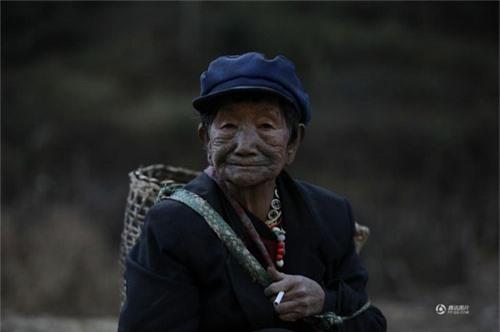 """Những người phụ nữ còn lại của """"bộ tộc xăm mặt"""" - 16"""