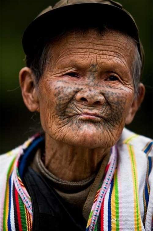 """Những người phụ nữ còn lại của """"bộ tộc xăm mặt"""" - 2"""