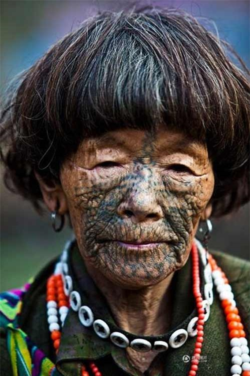 """Những người phụ nữ còn lại của """"bộ tộc xăm mặt"""" - 4"""