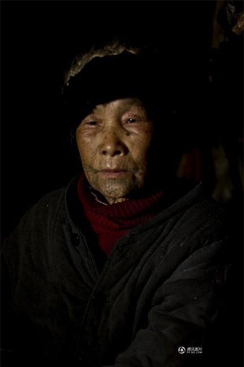 """Những người phụ nữ còn lại của """"bộ tộc xăm mặt"""" - 5"""