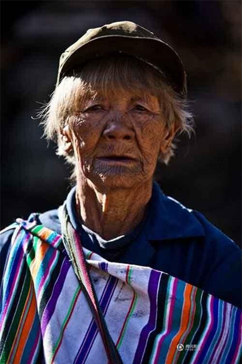 """Những người phụ nữ còn lại của """"bộ tộc xăm mặt"""" - 6"""