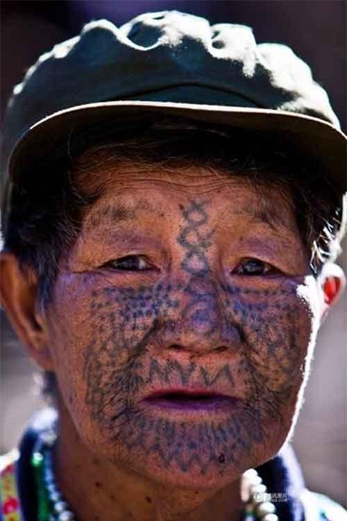 """Những người phụ nữ còn lại của """"bộ tộc xăm mặt"""" - 7"""