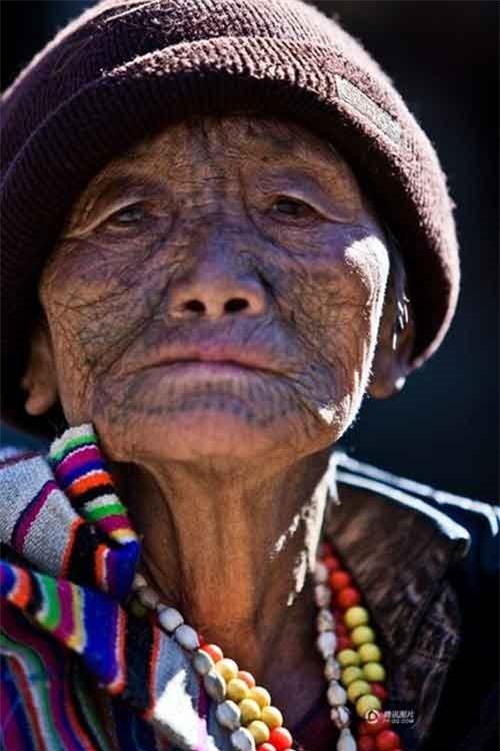 """Những người phụ nữ còn lại của """"bộ tộc xăm mặt"""" - 8"""