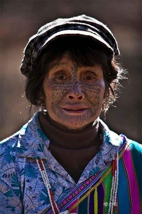 """Những người phụ nữ còn lại của """"bộ tộc xăm mặt"""" - 9"""