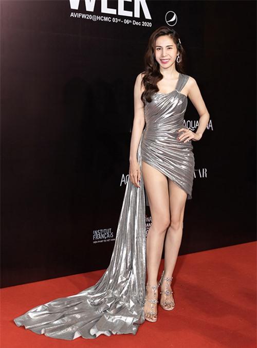 Đến tham dự show diễn của Đỗ Long, Thủy Tiên ghi điểm với váy ánh bạc lấp lánh đi tùng phần tà xếp ly độc đáo. Trang phục khai thác tối đa nét gợi cảm của chân thon của nữ ca sĩ.