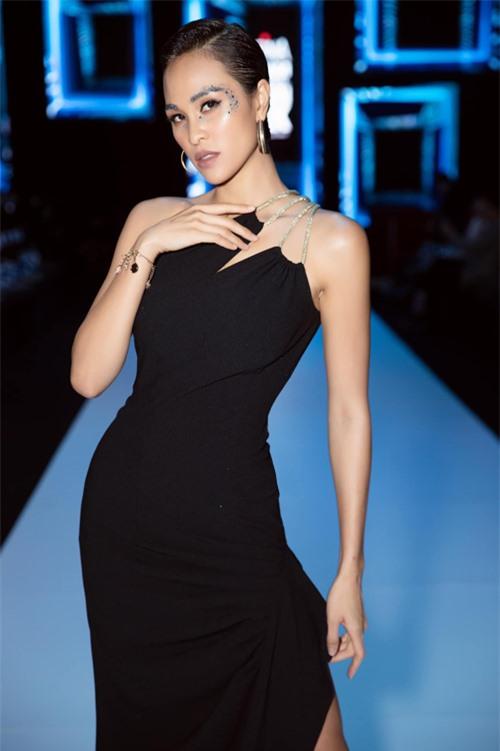 Đảm nhận MC xuyên suốt cho các đêm diễn tại tuần lễ thời trang năm nay, Phương Mai luôn ghi điểm về phong cách sexy và hiện đại. Trong thiết kế váy lệch vai của Lý Giám Tiền, người đẹp phô diễn đường cong hút mắt.