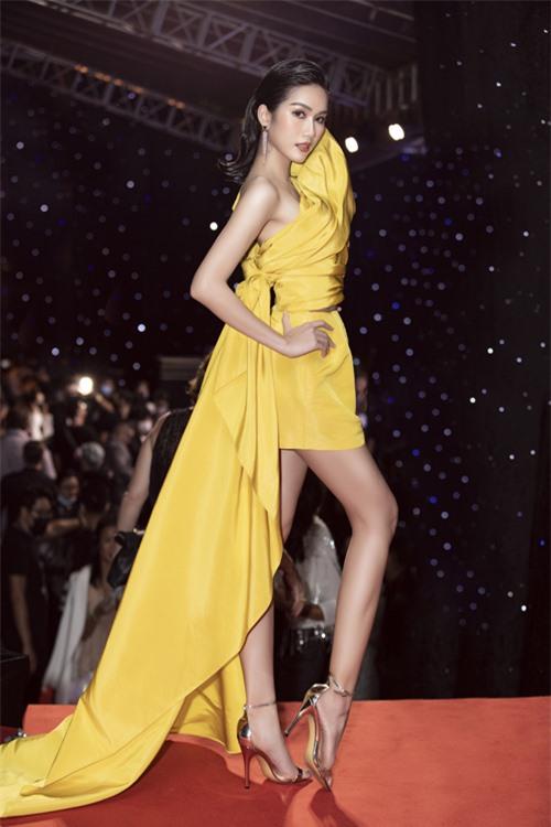 Diện bộ cánh bất đối xứng trên tông vàng rực rỡ, trang phục vừa giúp á hậu Phương Anh tôn hình thể vừa khiến cô gây được sự chú ý khi xuất hiện bên dàn mỹ nhân.