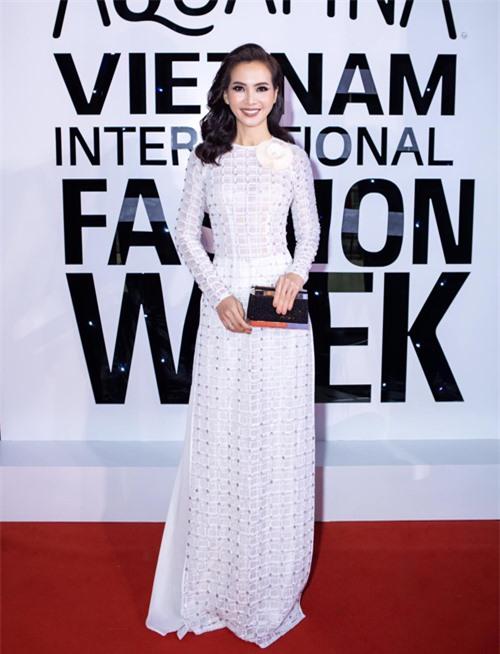 Anh Thư đến ủng hộ nhà thiết kế Minh Châu giới thiệu bộ sưu tập áo dài mới. Không cần sử dụng trang phục truyền thống nhiều sắc màu, họa tiết, cựu người mẫu vẫn gây được sức hút bởi nét duyên dáng và thanh lịch.