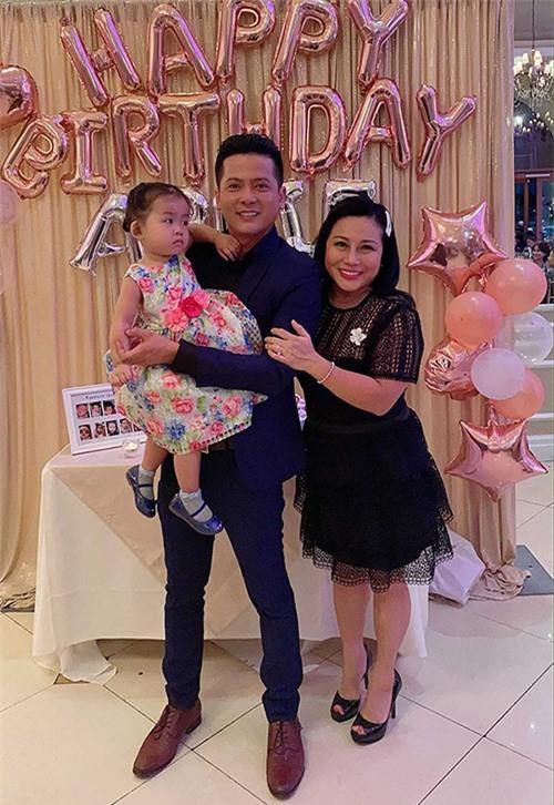 Cặp đôi cùng tổ chức sinh nhật 2 tuổi hoành tráng cho con gái đầu lòng vào tháng 10/2019. Nam diễn viên muốn bù đắp cho quãng thời gian phải xa con khi anh ở Việt Nam làm việc.