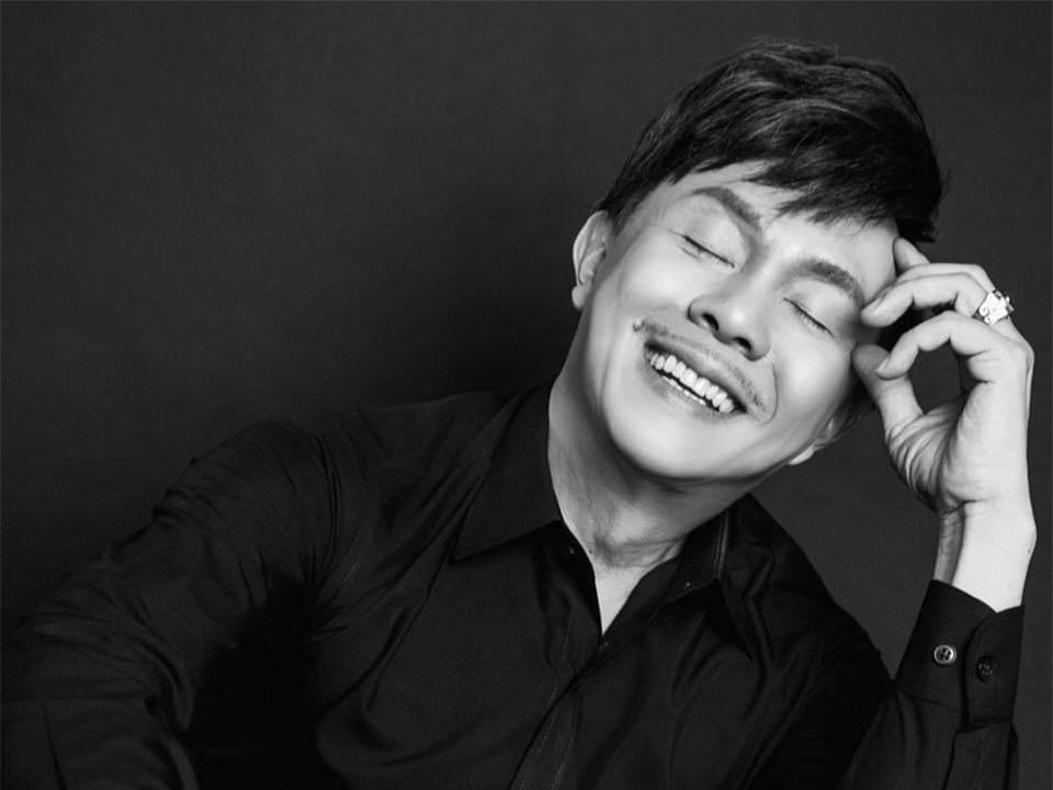 Nghệ sĩ Chí Tài sinh năm 1958. Ông là diễn viên hài nổi tiếng hoạt động ở cả hải ngoại và trong nước.Chiều 9/12, thông tin Chí Tài qua đời tại nhà riêng sau một cơn đột quỵ khiến đông đảo khán giả, nghệ sĩ bàng hoàng.
