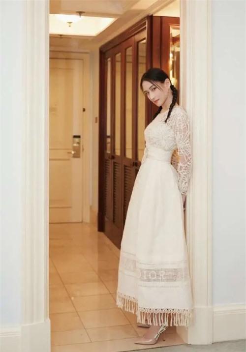 Hà Siêu Liên sinh năm 1991, là con gái của ông Hà Hồng Sân và vợ ba Trần Uyển Trân. Cô được đánh giá là con gái đẹp nhất của trùm sòng bài Hong Kong. Cô gái đạt thành tích học tập xuất sắc tại Anh, sau đó phát triển sự nghiệp kinh doanh riêng rất thành công. Instagram của cô có hơn 600.000 lượt theo dõi, trong khi Weibo có 1,7 triệu người hâm mộ. Chân dài xinh đẹp từng hẹn hò nam ca sĩ Ngô Khắc Quần, chia tay năm 2015. Tới 2019, cô công khai yêu Đậu Kiêu.