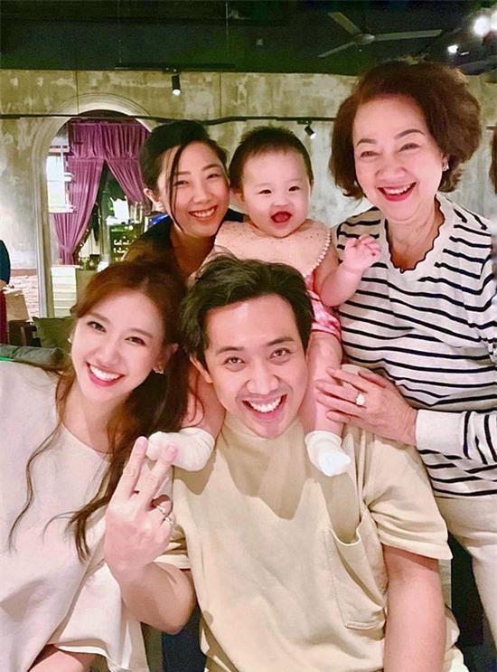 Ngược lại, bà Hạnh Dung cũng quan sát, góp ý cho Trấn Thành - Hari Won giúp hôn nhân con cái thêm gắn kết.