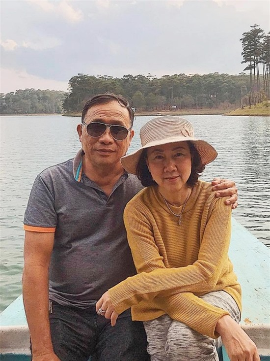 Ở tuổi 60, bà Hạnh Dung sở hữu vẻ ngoài trẻ trung, rạng rỡ. Bà hạnh phúc khi ba con - Trấn Thành và hai em gái Huỳnh Mi, Huỳnh Ân - trưởng thành, công việc ổn định.