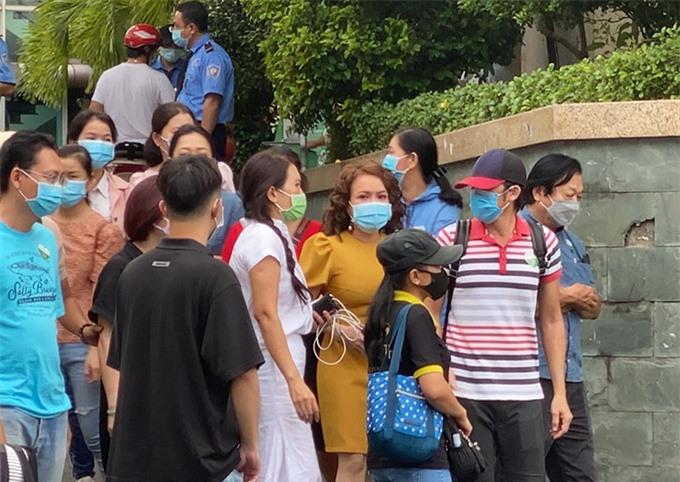 Nghe tin dữ, danh hài Hoài Linh (áo kẻ) và Việt Hương bỏ dở mọi việc vào viện ngay với người đồng nghiệp thân thiết.