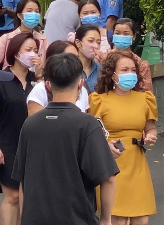 Việt Hương mắt đỏ hoe, đứng thất thần trong sân bệnh viện.
