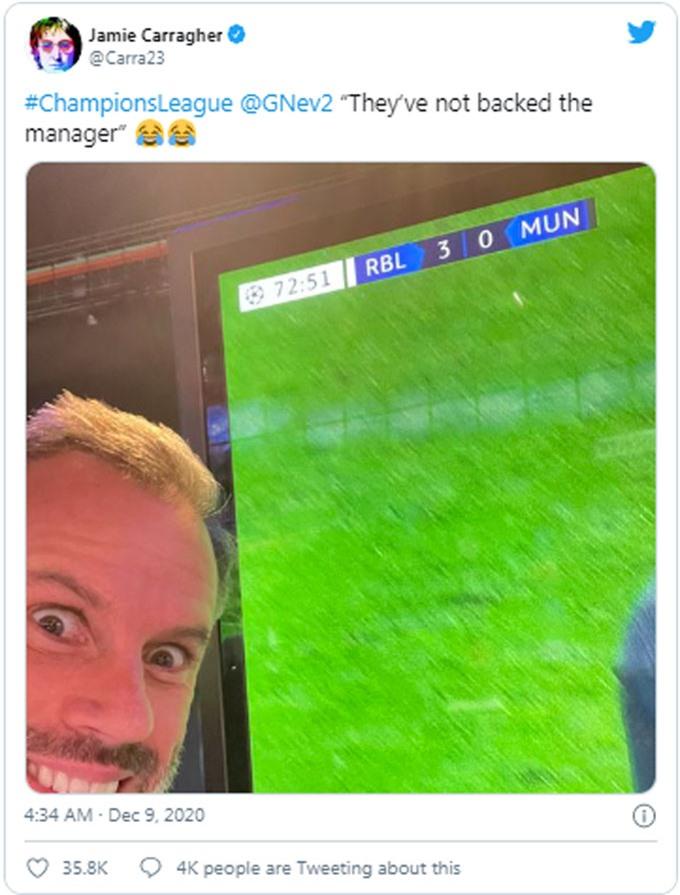 Carragher gắn thẻ Neville châm chọc M.U