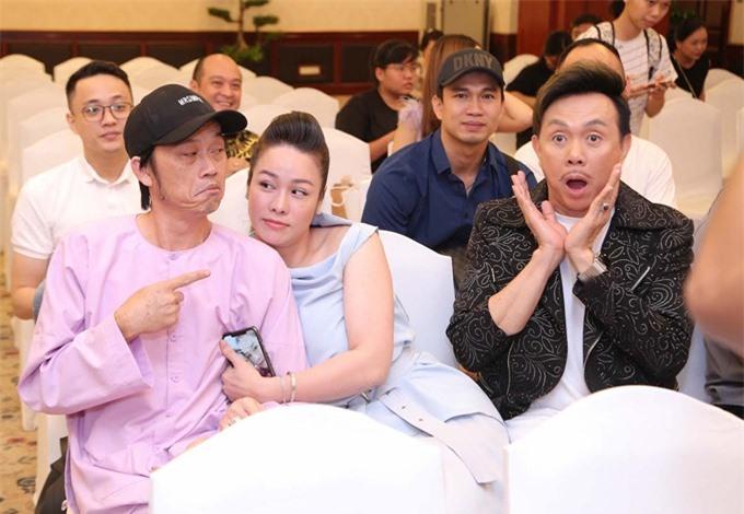 Nghệ sĩ Chí Tài, ca sĩ - diễn viên Nhật Kim Anh và nghệ sĩ Hoài Linh (từ phải qua) tại họp báo liveshow của Chí Tài tháng 10 năm ngoái.