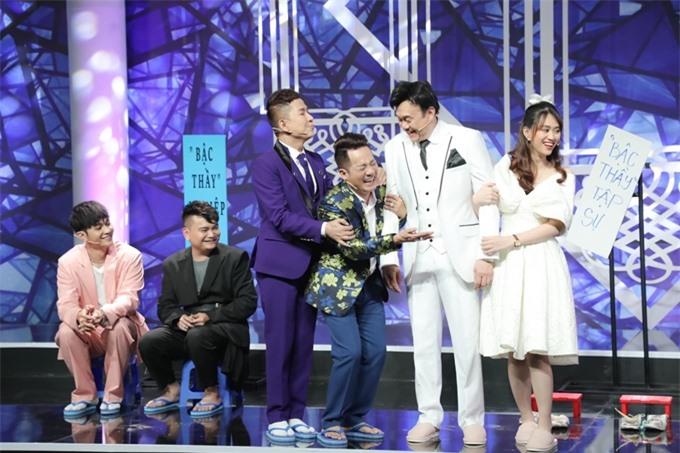 Diễn viên Trịnh Tú Trung (thứ hai từ trái qua) đăng lại tấm hình cuối cùng chụp chung với nghệ sĩ Chí Tài.