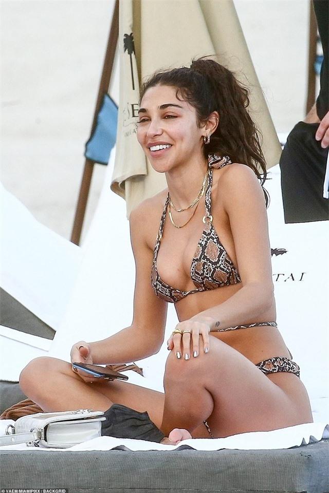 Tình cũ của Justin Bieber khoe dáng gợi cảm, để mặt mộc ra biển - 5