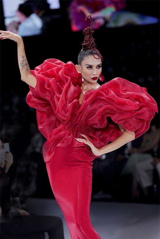 Siêu mẫu biến hoá thành đoá hoa đỏ rực, kiêu sa trong show diễn của nhà thiết kế Hoàng Minh Hà.