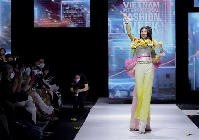 Á hậu Hoàn vũ Việt Nam 2008 trông lạ lẫm khi để tóc retro, giới thiệu bộ sưu tập của Lê Long Dũng.
