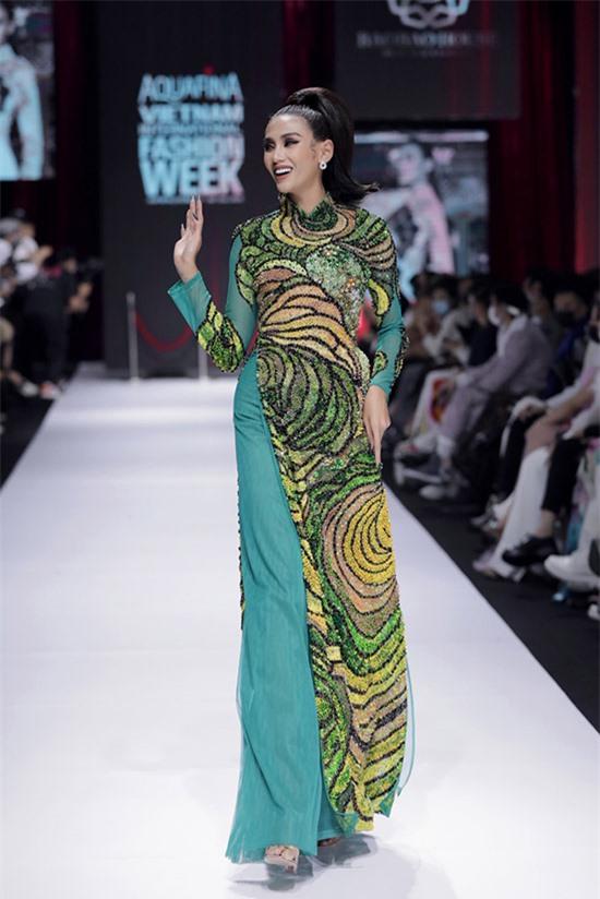 Võ Hoàng Yến duyên dáng trong trang phục áo dài đính kết cầu kỳ của nhà thiết kế Bảo Bảo, diễn show Minh tinh tối 5/12.