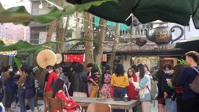 Một phần khung cảnh sự kiện. Các bạn trẻ đang xếp hàng chờ thử Cổ phục Việt.