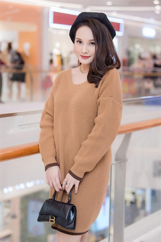 Bảo Thanh rạng rỡ xuất hiện với chiếc váy len dáng suông để lộ bụng bầu lùm lùm ở tháng thứ năm. Cô kết hợp túi Balenciaga trị giá hàng chục triệu đồng để hoàn thiện phong cách.