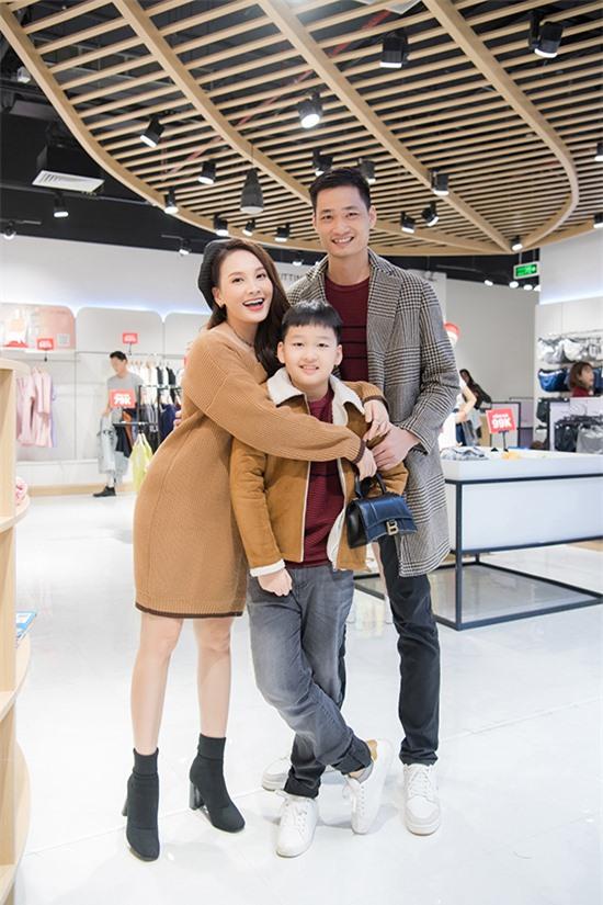 Gia đình Bảo Thanh chọn đồ ton sur ton để thể hiện sự gắn kết. Bé Bin Bảo năm nay 10 tuổi, rất vui khi mẹ có bầu em gái.