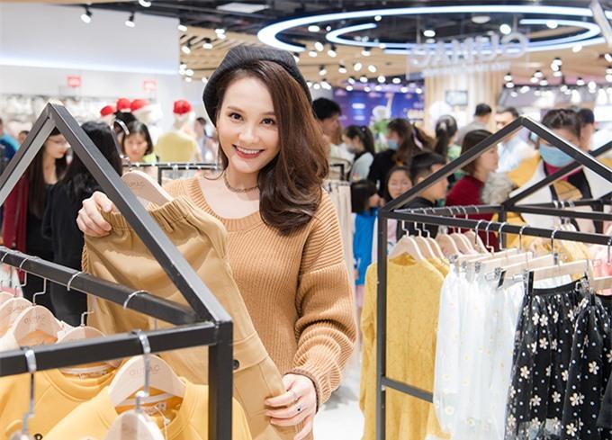 Không nhận phim mới nhưng Bảo Thanh vẫn tích cực quay quảng cáo, dự sự kiện. Cô tranh thủ sắm sửa quần áo cho chồng và con trai khi đến event.