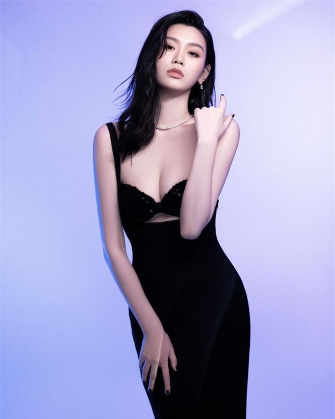 Người mẫu Victoria's Secret Ming Xi thả dáng 'gái một con' nóng bỏng sau sinh - ảnh 1