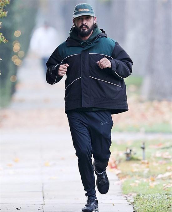 Shia LaBeouf được trông thấy chạy bộ quanh khu phố nhà anh vào sáng 12/12.