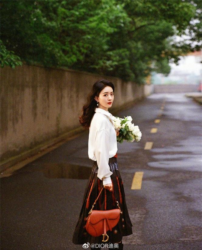 Triệu Lệ Dĩnh trẻ xinh ngỡ ngàng trên Elle số đầu năm 2021 - ảnh 15