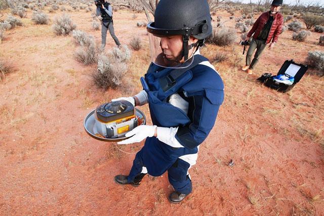 Thu hồi khoang chứa mẫu vật từ tiểu hành tinh Ryugu được tàu Hayabusa-2 thả xuống Trái Đất tại vùng sa mạc ở miền Nam Australia ngày 6/12/2020. (Ảnh: AFP/TTXVN)
