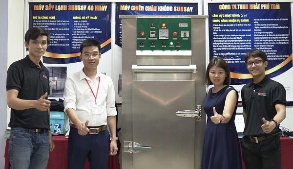 Anh Phạm Hữu Tâm (áo trắng) đã khởi nghiệp thành công với việc đưa công nghệ sấy Made in Vietnam.