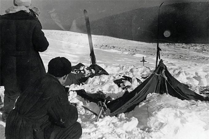 Các nhà cứu hộ tìm thấy những mảnh lều còn sót lại sau trận lở tuyết năm 1959. Ảnh: East2west News.